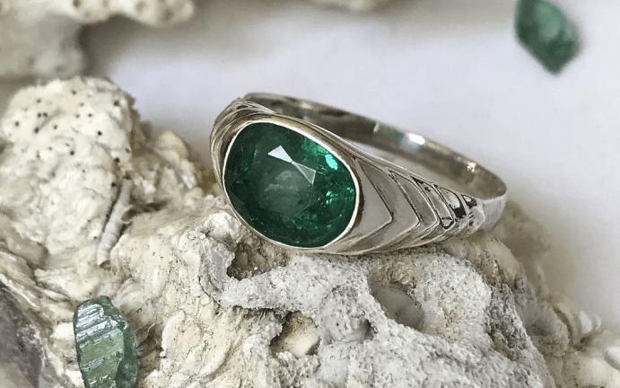 Серебряные украшения с изумрудом. Кольцо
