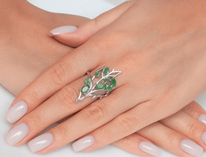 Серебряные украшения с изумрудом. Кольцо в виде цветка