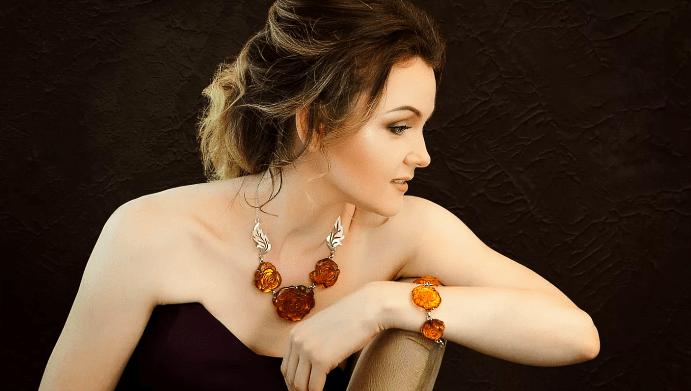 Как выглядят современные украшения из янтаря, и как правильно их носить