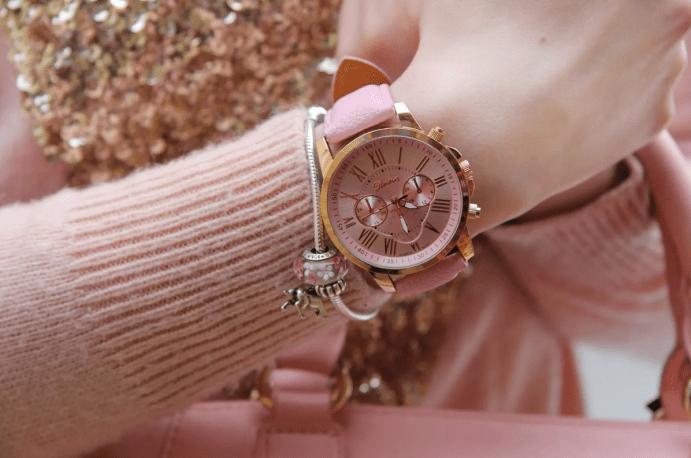 Женские розовые часы и браслет Пандора, розовый свитер