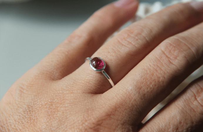 Гладкое кольцо с кабошоном