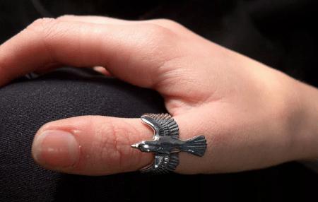 Кольцо на большом пальце: интересные факты. Кольцо птица