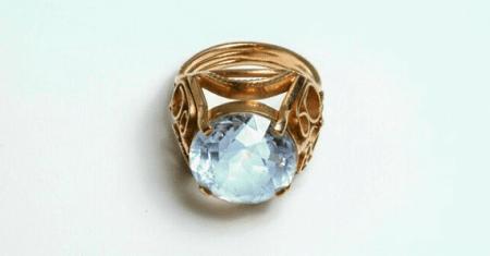 Кольцо на большом пальце: интересные факты. Золотое кольцо с голубым камнем