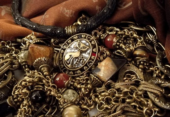 Украшения из бронзы: как правильно выбирать и носить оригинальные изделия