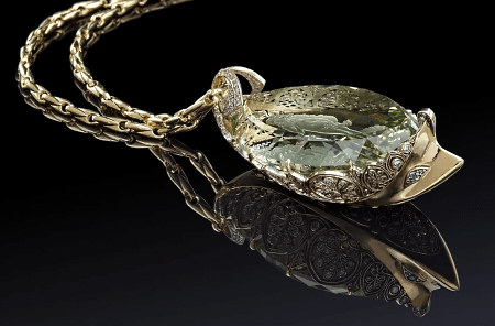 Элитные ювелирные украшения. Массивный золотой кулон с зеленым драгоценным камнем