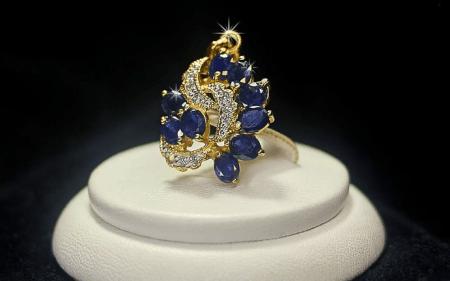 Элитные ювелирные украшения. Золотое кольцо с бриллиантами и драгоценными камнями
