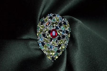 Элитные ювелирные украшения. Брошь с драгоценными камнями