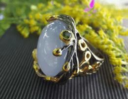 Камень халцедон в украшениях: особенности ювелирных изделий