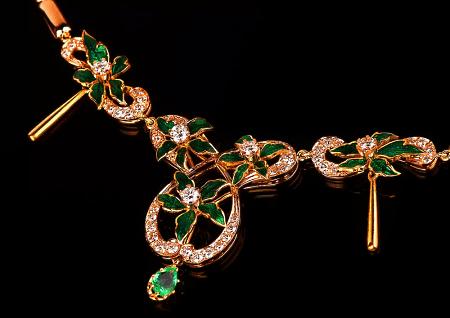 Итальянские ювелирные украшения. Золотое колье с изумрудами из Италии