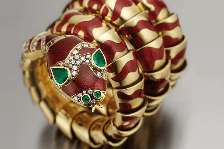 Итальянские ювелирные украшения. Уникальное кольцо змея с бриллиантами и изумрудами из Италии