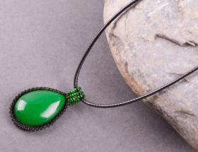 Украшения из камня жадеита: стильные изделия на любой вкус