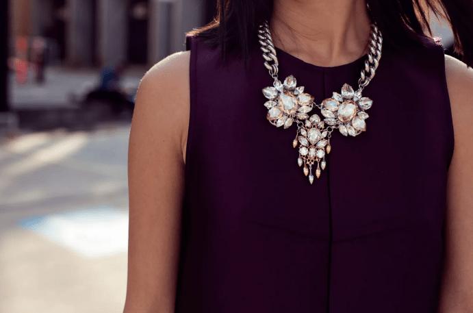 Украшение на шею на платье: правила сочетания