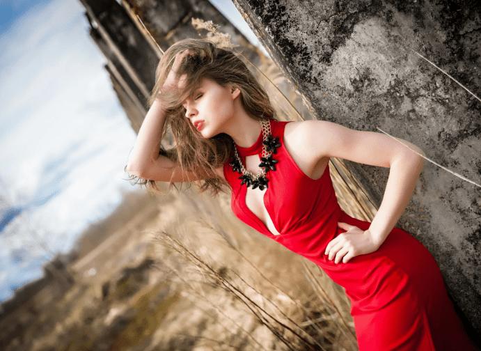Украшения к красному платью. Ожерелье с черными лепестками