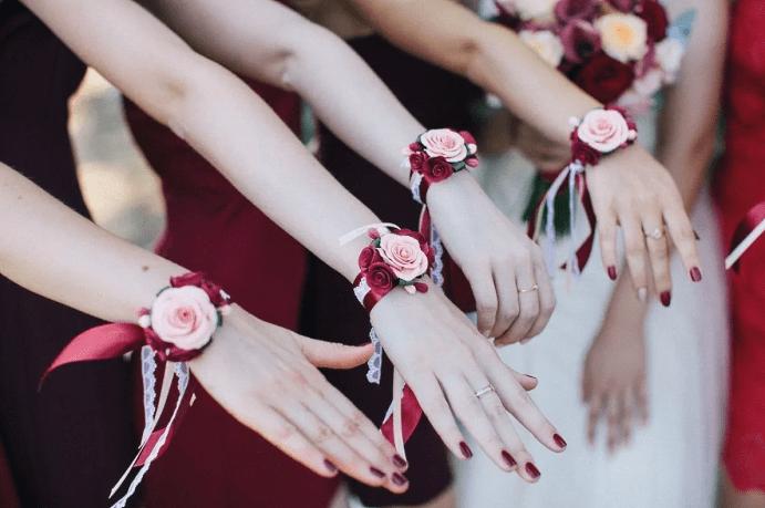 Выбираем украшение на руку для подружек невесты. Красный и розовый оттенки