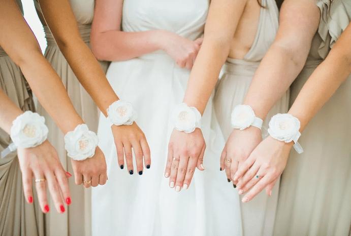Выбираем украшение на руку для подружек невесты. Белые оттенки