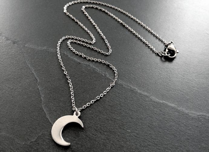 Украшение в виде полумесяца – символический оберег Лунница