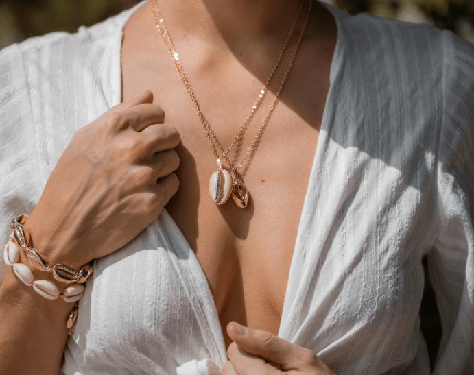 Ювелирные украшения лето 2021. Девушка в белой летней рубашке, золотые украшения