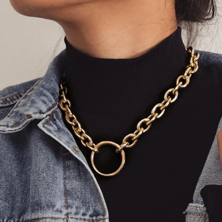Массивная золотая цепь на шее