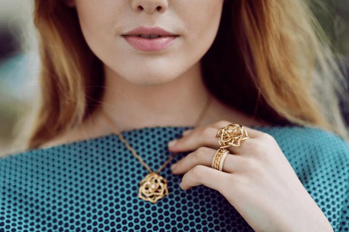 Молодая девушка с золотыми украшениями. Тренды 2021 года