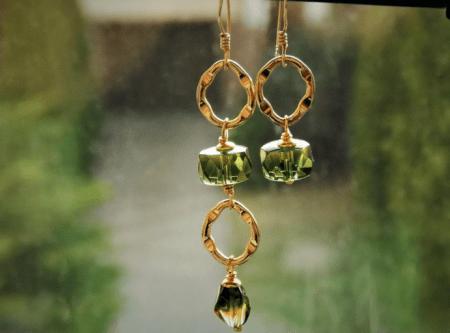Асимметричные серьги из золота с камнями