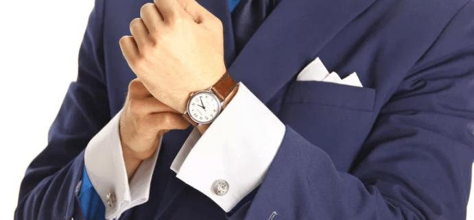 Украшения в деловом стиле для мужчины. Классические часы, пиджак, простые запонки без камней и блеска