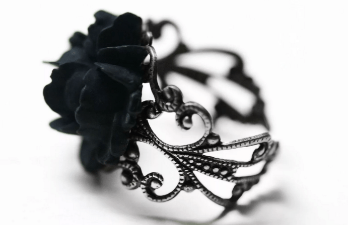 Украшения в готическом стиле. Кольцо черный цветок