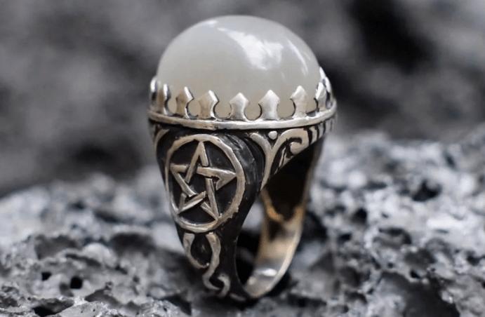 Украшения в готическом стиле. Перстень с пентаграммой и белым камнем