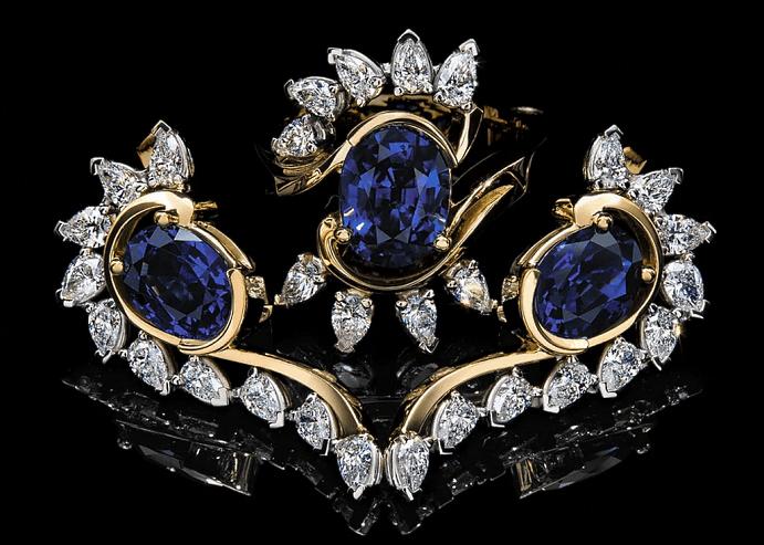Эксклюзивные ювелирные украшения с драгоценными камнями. Комплект серьги и кольцо с бриллиантами и сапфирами