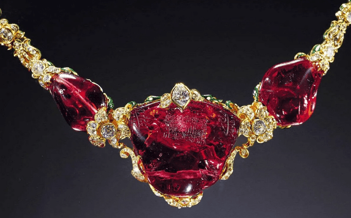 Эксклюзивные ювелирные украшения с драгоценными камнями. Рубиновое колье из золота с бриллиантами