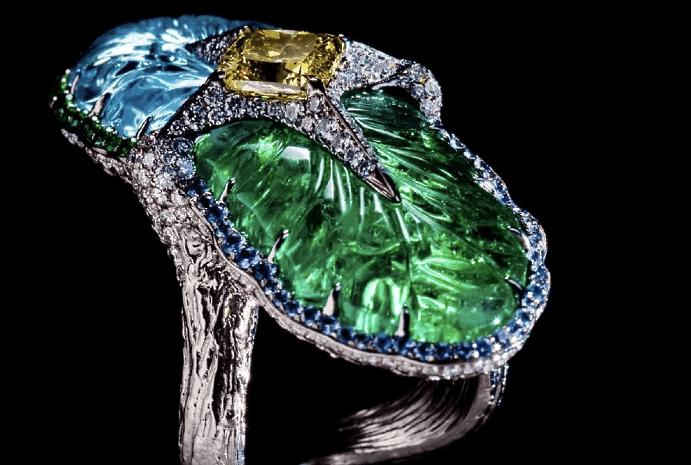 Эксклюзивные ювелирные украшения с драгоценными камнями. Необычное кольцо с драгоценными камнями, топаз, изумруд, бриллианты