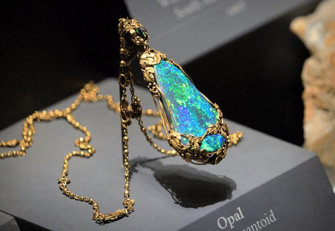 Эксклюзивные ювелирные украшения с драгоценными камнями. Золотая цепочка кулон с опалом