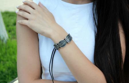 Украшение на руку: модные решения при создании и выборе браслетов. Женский браслет с символами и знаками