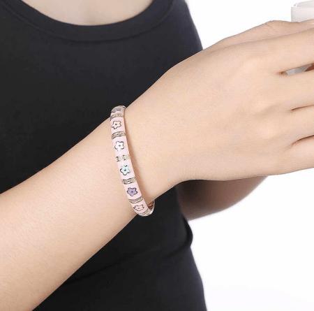 Украшение на руку: модные решения при создании и выборе браслетов. Розовый браслет с эмалью