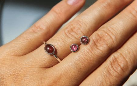 Украшения из натуральных камней. Кольцо и серьги пусеты с рубинами