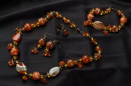 Украшения из натуральных камней. Янтарные бусы и браслет