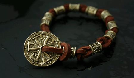 Украшения в скандинавском стиле. Кожаный браслет со вставками и подвеской