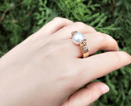 Украшения из полудрагоценных камней: популярные решения 2021 года. Золотое кольцо с жемчужиной