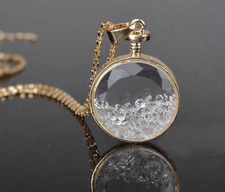 Украшения из полудрагоценных камней: популярные решения 2021 года. Золотой кулон с хрусталем