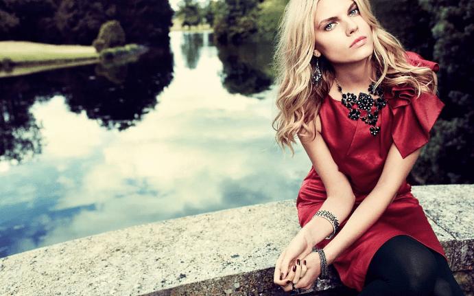 Украшения к красному платью: как выбирать и носить. Сочетание черных украшений с красным платьем