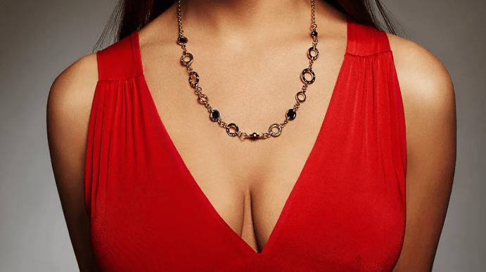 Украшения к красному платью: как выбирать и носить. Золотая цепь, декольте