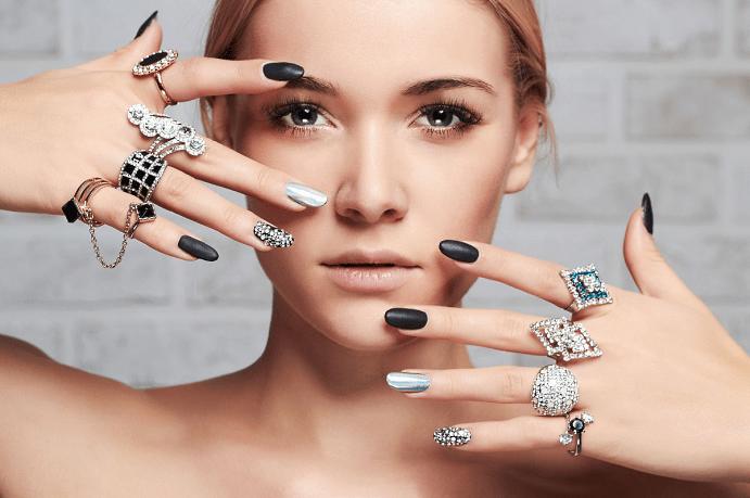 Как выбрать украшения под цвет лака для ногтей. Сочетание цветов