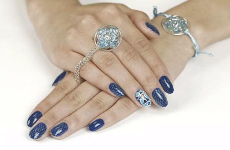 Как выбрать украшения под цвет лака для ногтей. Синий