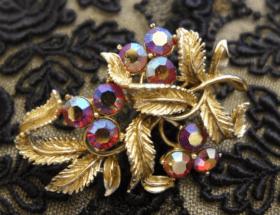 Винтажная брошь: как носить украшение с историей