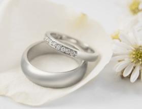 Белые обручальные кольца. Тренды необычных колец 2021