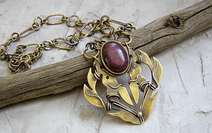 Ювелирные украшения из латуни. Кулон с бордовым камнем