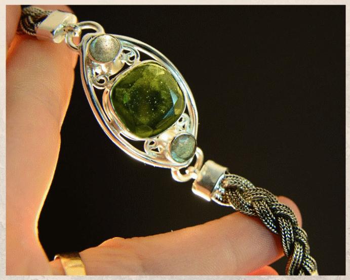 Молдавит: бутылочный камень из Чехии. Цвета и форма