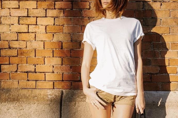 Какие украшения носить с белой футболкой. Белую футболку можно дополнить эффектными кольцами