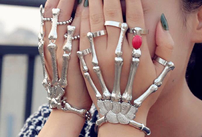 Браслет «Скелет руки»: самый необычный тренд 2021 года