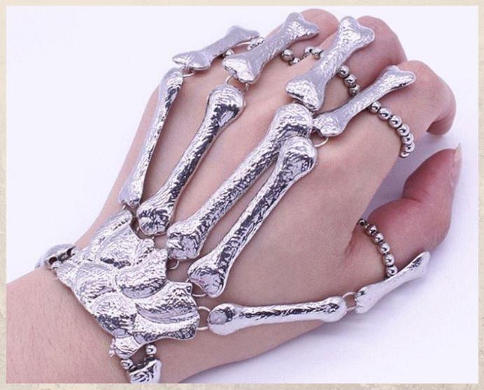Браслет «Скелет руки»: самый необычный тренд 2021 года. Варианты оформления