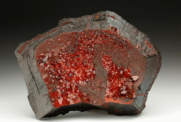 Гематит: таинственный кровавый камень